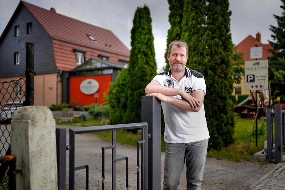 """Mario Friedrich, Inhaber des Restaurants """"Pechhütte"""" in Liegau-Augustusbad, sucht Personal. Derzeit steht er selbst wieder regelmäßig in der Küche und ist im Servicebereich tätig."""