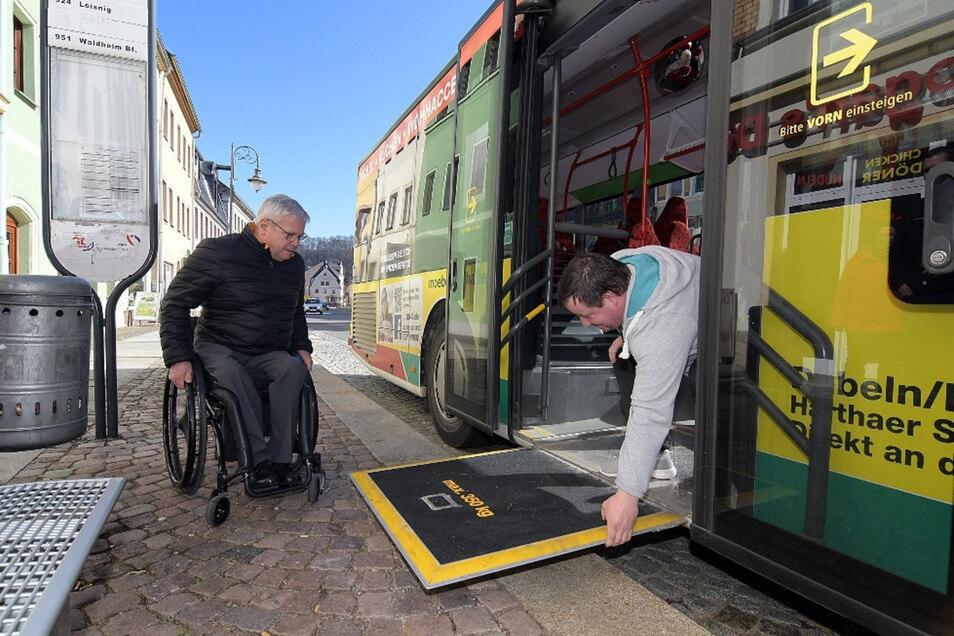 So eine Rampe wie auf diesem Foto vom April aus Waldheim soll künftig bei möglichst vielen Haltestellen in Meißen nicht länger für Rollstuhlfahrer nötig sein. Ein Ausbau der Haltestellen soll es ihnen ermöglichen, direkt in den Bus zu rollen.
