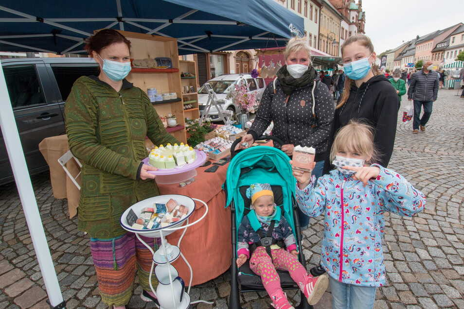 Claudia Cadow (links) verkauft selbstgemachte Seifen. Die kleine Mara (7 Jahre vor) hat sich für Seife mit Tortenduft entschieden. Mit dabei sind Mama Ramona, Tochter Alexa und Baby Lia.