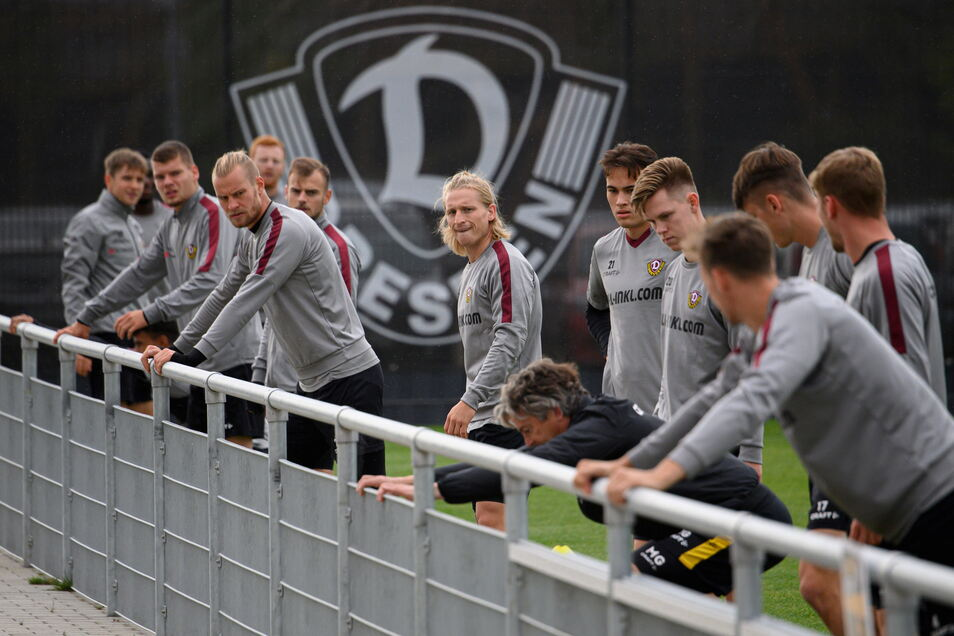 Eine Woche lang konnte Dynamo nicht mehr gemeinsam trainieren. Vor dem HFC-Spiel ist das nun zumindest bei einer Einheit möglich.