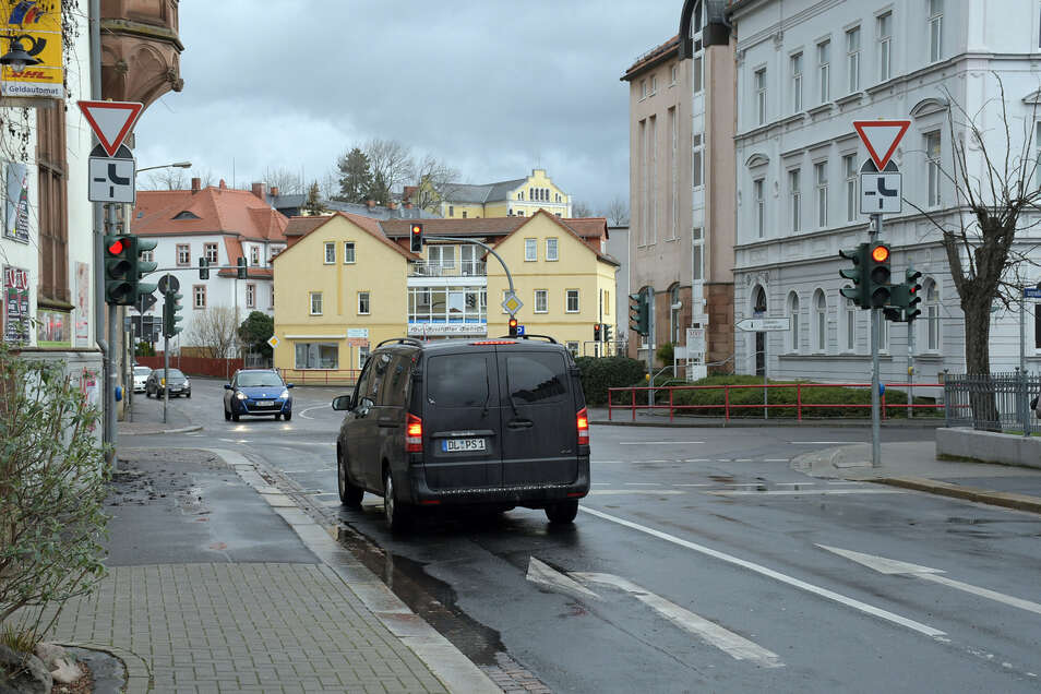 Ein Auto steht an der Ampel Zwingerstraße in der Linksabbiegespur. Wenn die Nebenspuren nicht besetzt sind, schaltet die Ampel nicht auf Grün.