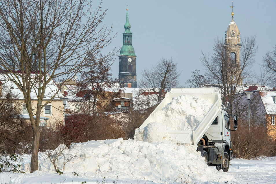 Letzte Ruhestätte: Die gewaltigen Schneemengen wurden am ehemaligen City-Center abgekippt. Noch bis zum Freitag soll am Abtransport gearbeitet werden.