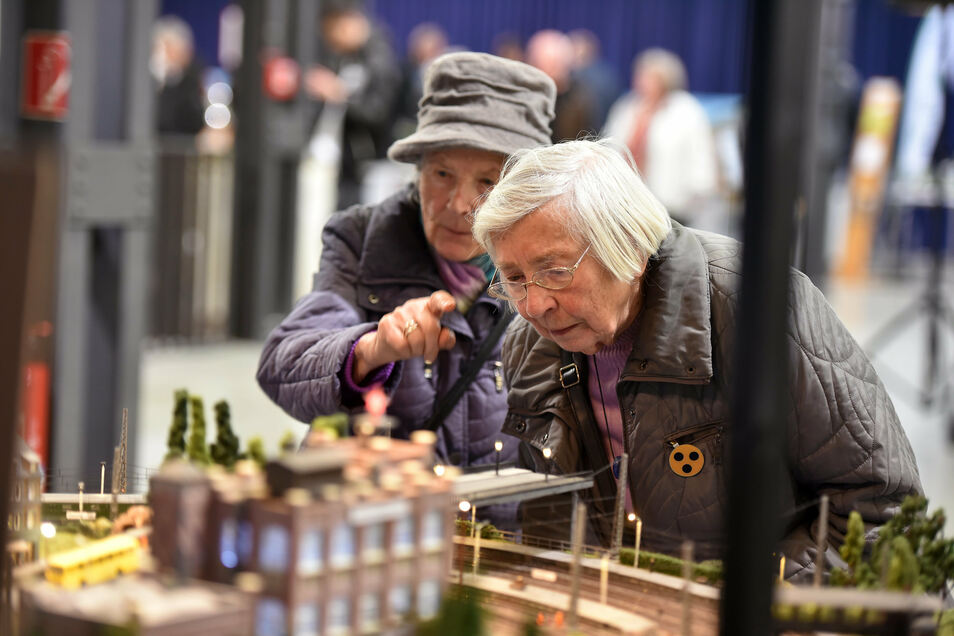 Auch ältere Menschen sind fasziniert von der kleinen Bahnwelt.