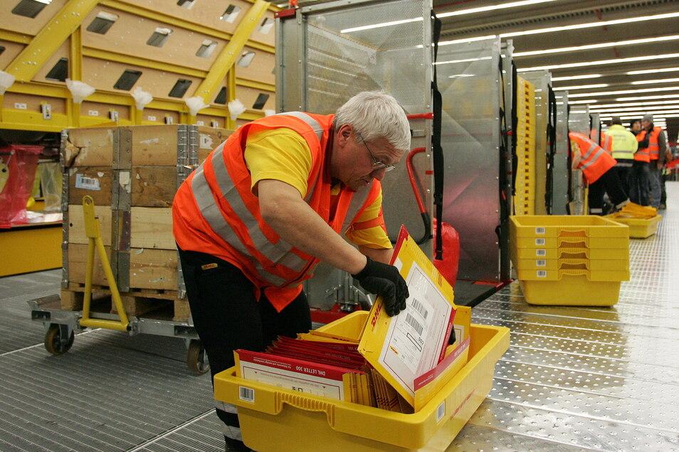 DHL-Mitarbeiter Reinhard Mann arbeitet in der Sortieranlage