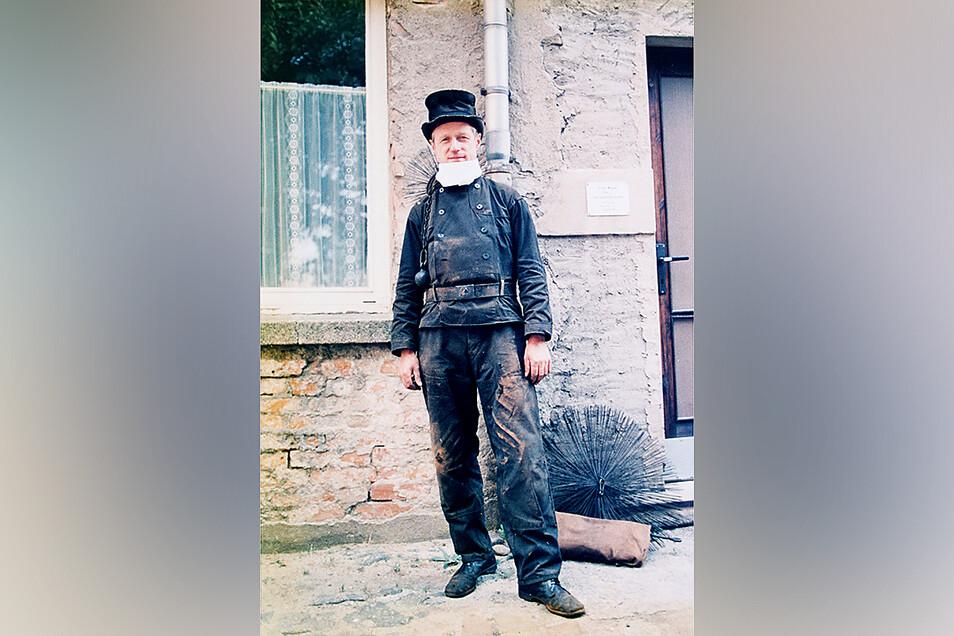 Jürgen Wagner während seiner Dienstzeit in Arbeitskluft. Zu den Kunden kam der Strehlaer lange Zeit per Motorrad