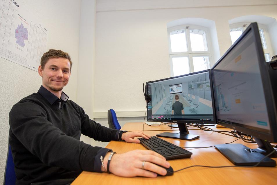 Michael Heinig (32) ist Leiter berufliche Bildung am neuen Standort Pirna von WBS Training. Er sitzt an einem Arbeitsplatz, wo ein virtuelles Klassenzimmer simuliert wird.