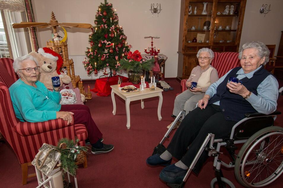 Helga Benedix (von links), Ilse Stockmann und Ingeborg Voigtländer sitzen in der nostalgischen Weihnachtsecke des Schönerstädter Pflegeheims. Sie genießen die weihnachtliche Atmosphäre.