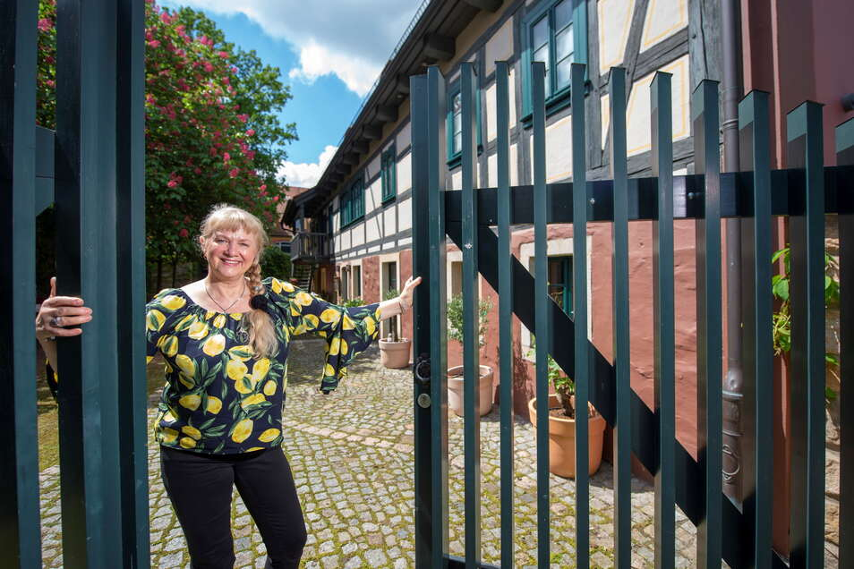 Das ist die neue Wirtin des ehemaligen Stumpfs Hof in Altkötzschenbroda- Anna Weichelt. Wie der Gasthof künftig heißen wird, können Passanten auch schon nachlesen in dem Schaukasten neben dem Hofeingang.