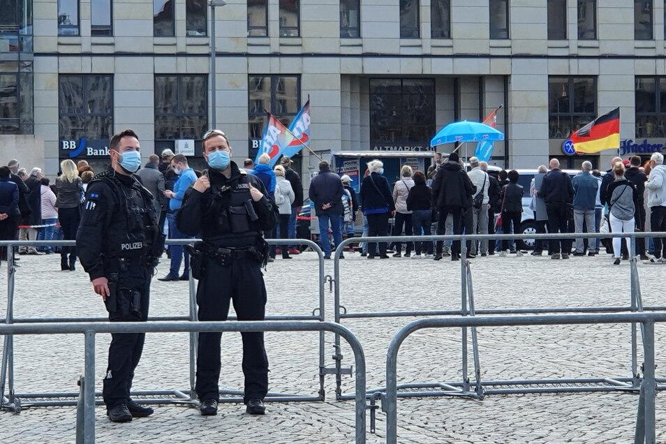 Polizisten sichern die AfD-Kundgebung auf dem Neumarkt.