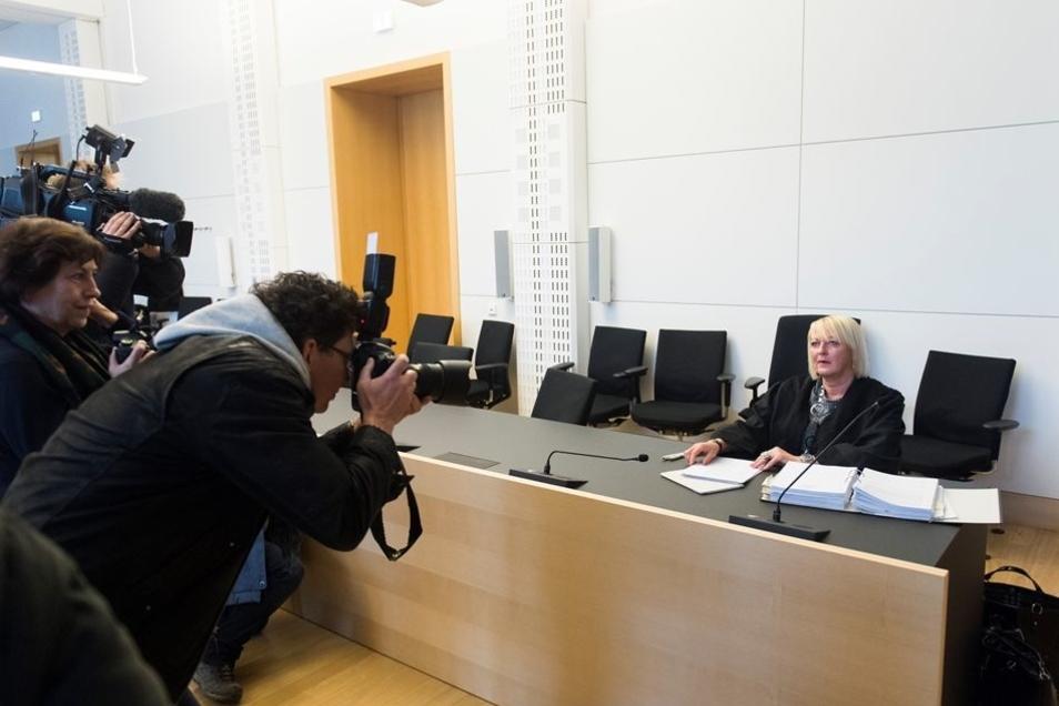 Der Platz neben Anwältin Katja Reichel ist leer. Lutz Bachmann ist zur Verhandlung vor dem Landgericht nicht erschienen.