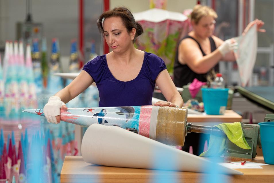 Erst seit 2003 werden bei der Firma Roth in Lichtentanne in Handarbeit Schultüten produziert. Roth ist damit eine von vier Zuckertütenfabriken in Deutschland, drei sind in Sachsen Zuhause.