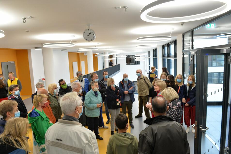 Zur Eröffnung kamen auch viele ältere Wilsdruffer, um sich das neue Schulgebäude anzusehen.