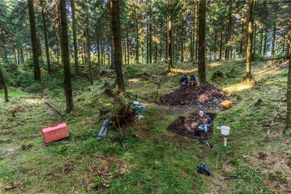 """Irgendwo im Nirgendwo. Ein Wald, ein Flüsschen wie es viele im Erzgebirge gibt. Doch hier am """"Schlurf 9"""" an der Roten Weißeritz entdecken Archäologen Spuren eines jahrtausendealten Bergbaus."""