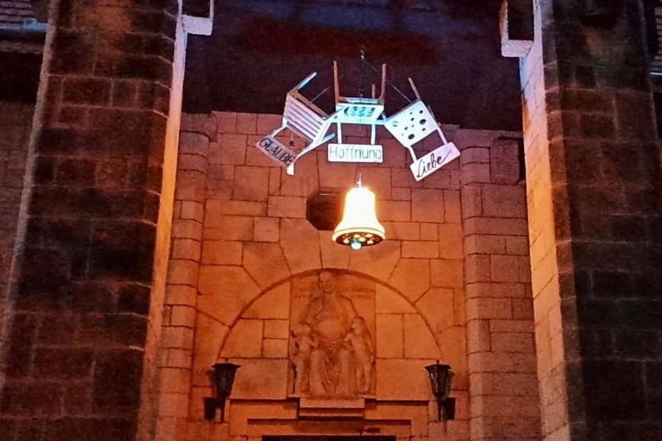 Diese Installation am Graupaer Kirchenportal weist auf die Sanierung des Glockenstuhls hin.