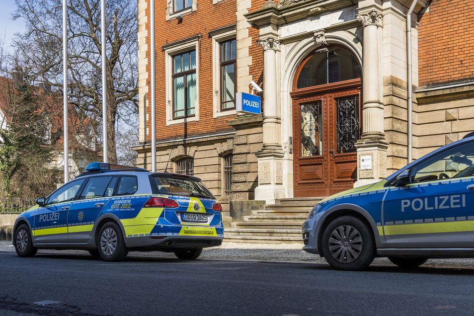 Polizeiautos stehen vorm Riesaer Revier an der Klosterstraße.
