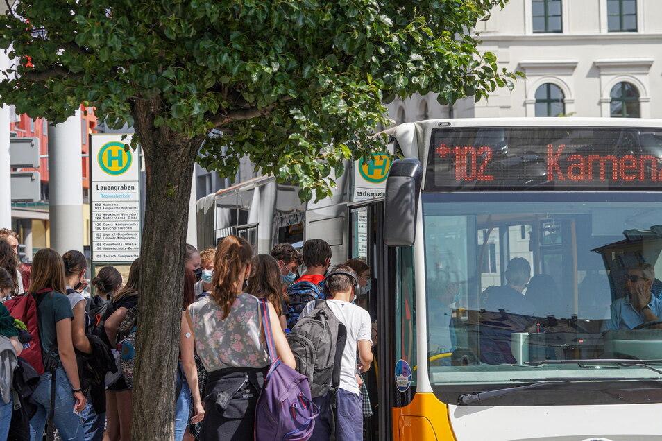 Ein Plus-Bus nach Kamenz hält am Bautzener Lauengraben. Busse dieser Verbindung fahren nach einem festen, gut zu merkenden Takt.