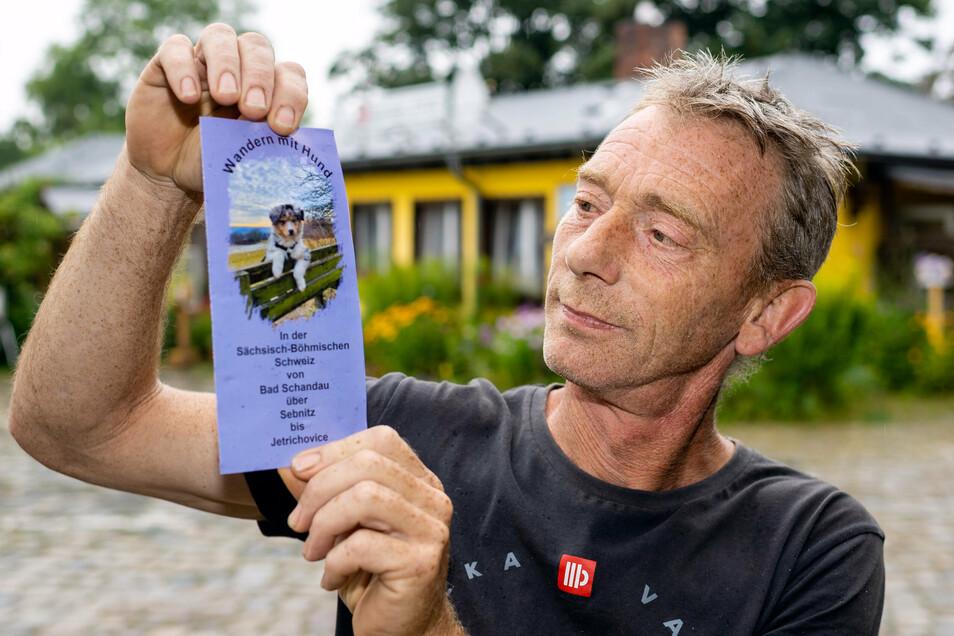Heiko Hesse, Wirt der Kräuterbaude Am Wald in Saupsdorf hat einen speziellen Flyer für Wanderungen mit Hund zusammengestellt.