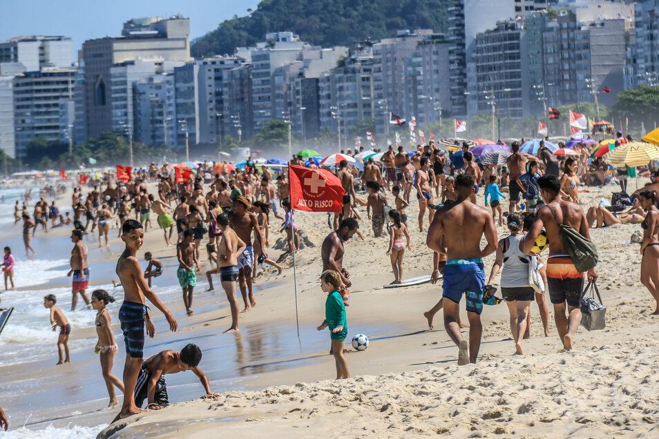 Bilder wie diese soll es vorerst nicht mehr an Rios Stränden geben. Die Stadtverwaltung will nun Flächen mit Bändern markieren, i9nnerhalb derer kleine Gruppen den Strand besuchen können.