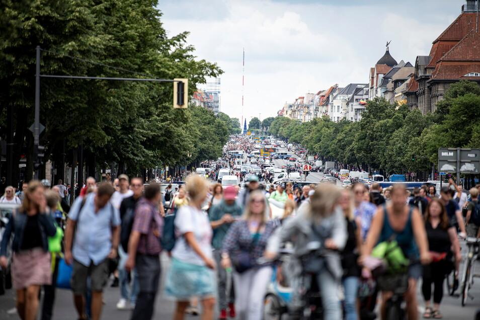 Demonstranten gegen die Corona-Maßnahmen laufen trotz Verbots die Bismarckstraße entlang und legen den Verkehr lahm.