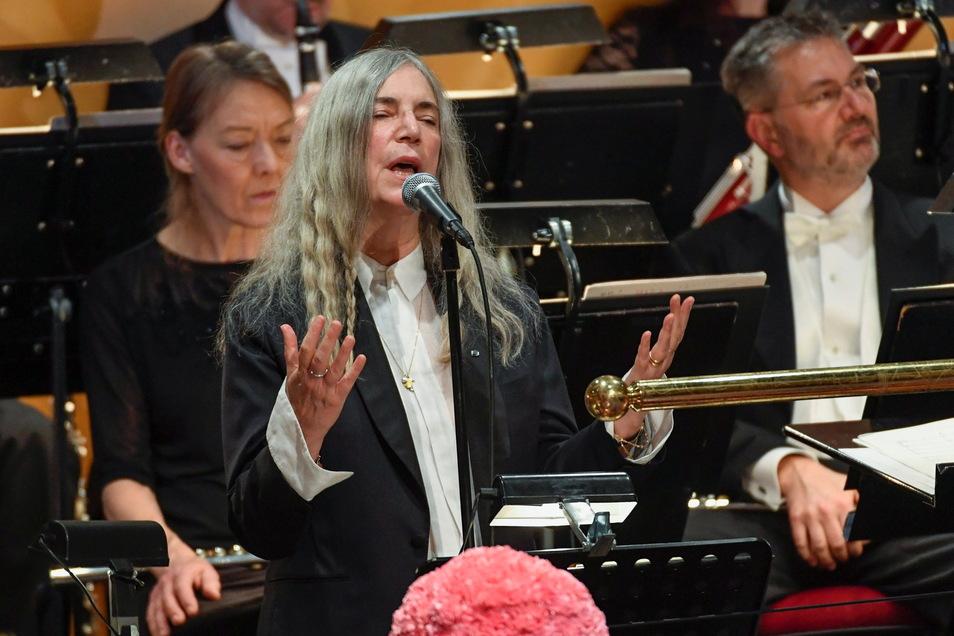 """Patti Smith sang """"A Hard Rain's A-Gonna Fall"""" und vertrat so 2016 Bob Dylan bei der Verleihung des Literaturnobelpreises in Stockholm."""