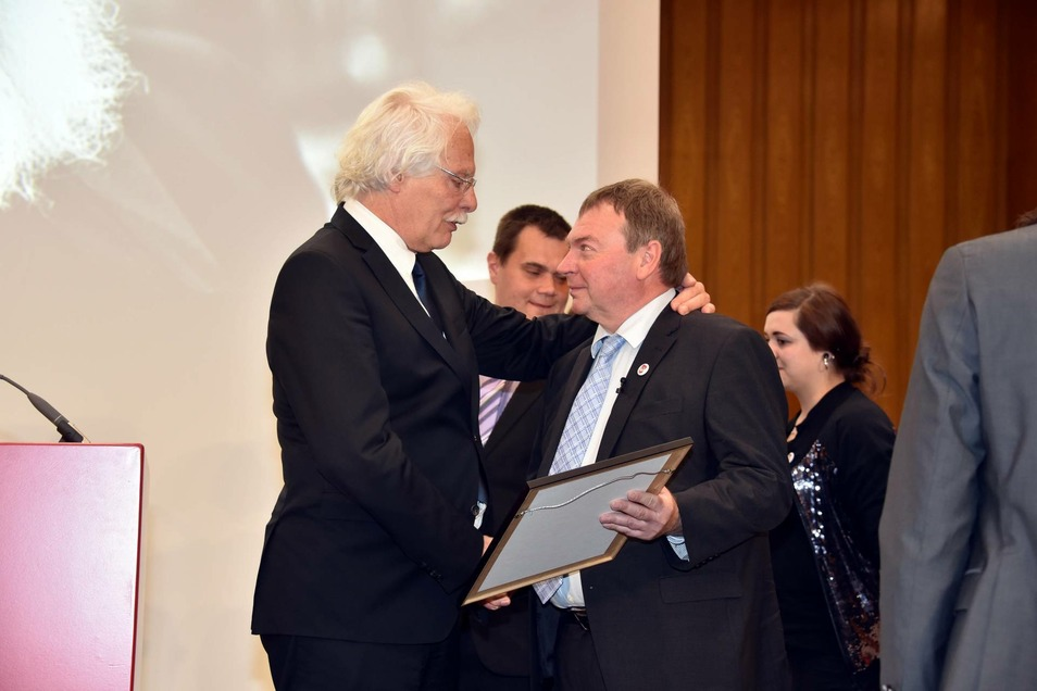 Journalist Thomas Roth (l) übergibt die Urkunde an die Preisträger Lifeline -Kapitän Claus-Peter Reisch.