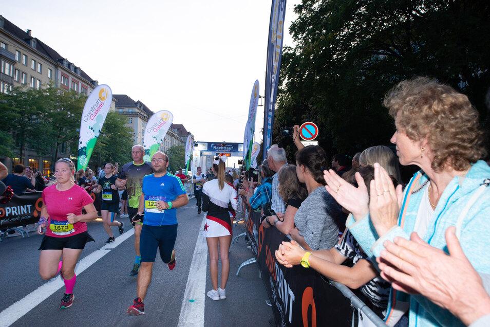 3.500 Läuferinnen und Läufer machten sich unter dem Beifall der Dresdner beim Nachtlauf auf die Strecke.