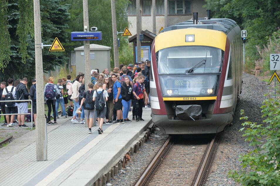 Am Bahnhof in Geising steigen vor allem Schüler ein und aus. Doch auch Ältere nutzen ihn. Für sie soll er in den nächsten Jahren barrierefrei umgebaut werden.