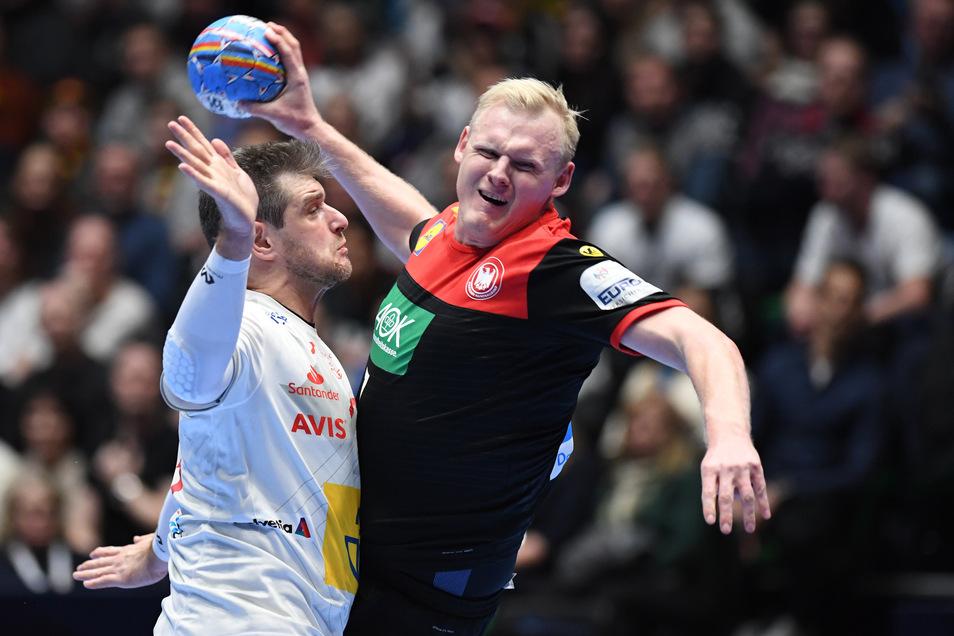 Patrick Wiencek setzt sich gegen Spaniens Julen Aguinagalde Akizu und wirft auf das spanische Tor. Drin ist der Ball nicht.