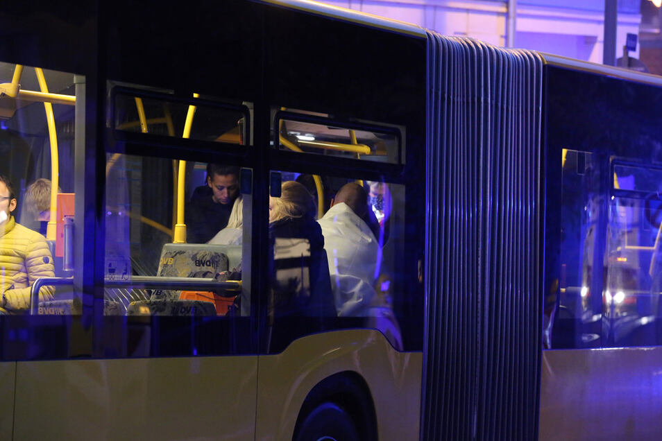 Die Bewohner des Hauses wurden erst einmal in einem Bus der DVB untergebracht.