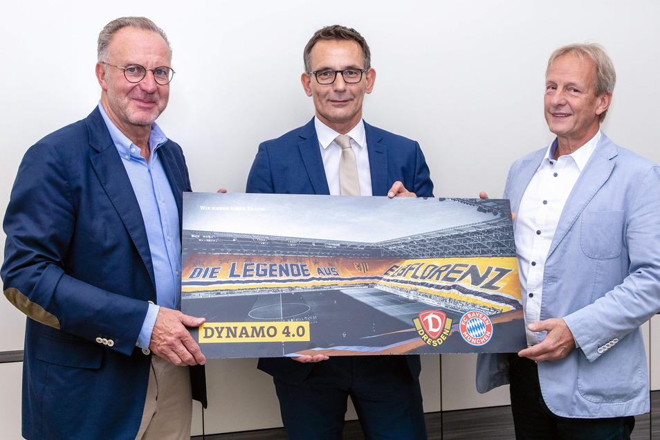 Sie haben die Digital-Partnerschaft besiegelt: Bayern-Vorstandschef Karl-Heinz Rummenigge sowie Geschäftsführer Michael Born und der Aufsichtsratsvorsitzende Jens Heinig (v. l.).