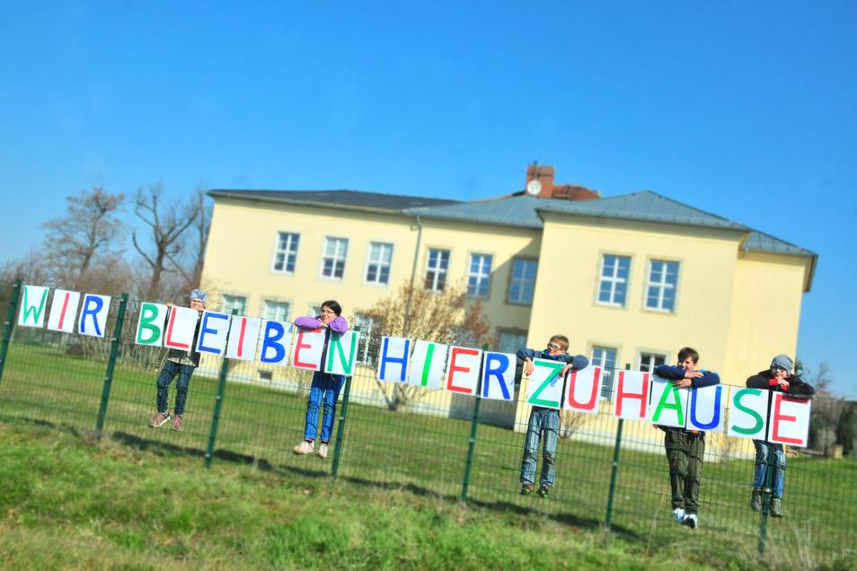 Diese laminierten Buchstaben an ihrem Zaun haben die Kinder selbst gemalt. Alle sollen sehen, dass das Zuhause-bleiben auch für sie gilt - hier.