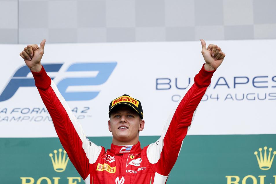 Mick Schumacher von Prema Racing jubelt auf dem Podium nach seinem Sieg im Sprintrennen bei der FIA Formel-2-Meisterschaft 2019.