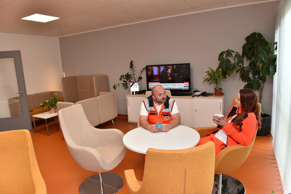 Raum für Rückzug: Die Lounge neben dem Küchen- und Esszimmer bietet Gelegenheit für vertrautere Gespräche oder zum Filmgucken bei langen Nachtschichten.