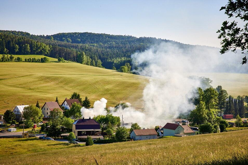 Dichte Rauchschwaden über Cunnersdorf bei Königstein in der Sächsischen Schweiz. Für die Dauer der Löscharbeiten wurde die Staatsstraße halbseitig gesperrt.
