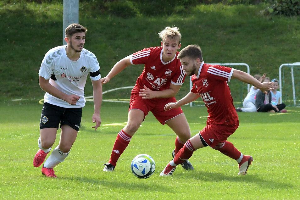 Während der VfB Leisnig (rote Trikots) das nächste Derby beim Roßweiner SV vor der Brust hat, spielt der Döbelner SC zu Hause gegen den TSV Burkartshain.