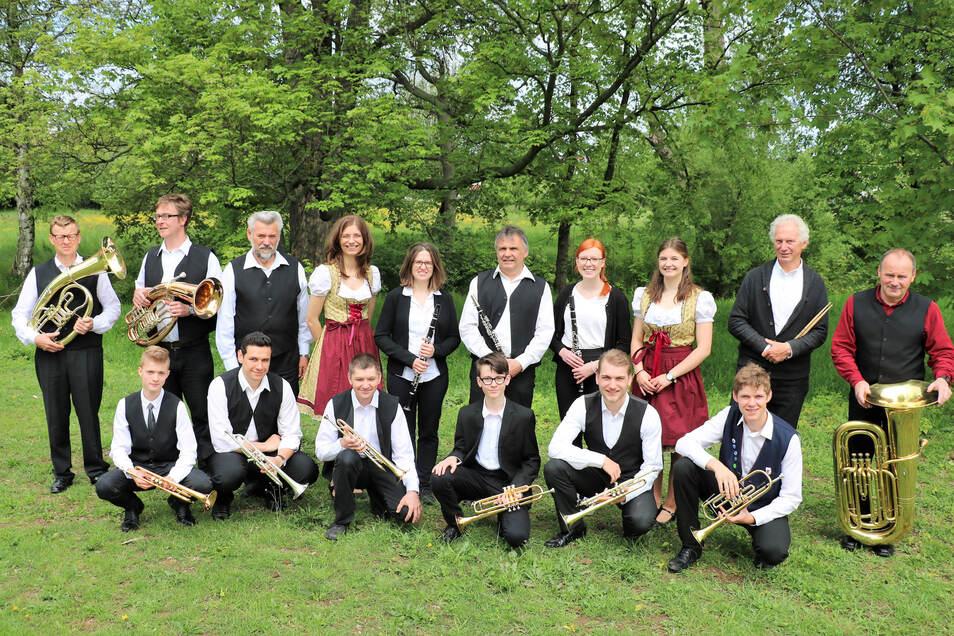 Das Repertoire der Gruppe umfasst 120 Titel. Sorbische und deutsche Volksmusik, Schlager, internationale Popmusik, böhmische und mährische Volksmusik sowie auch sakrale Musik gehören dazu. Das Durchschnittsalter ist jung, wie man sieht.
