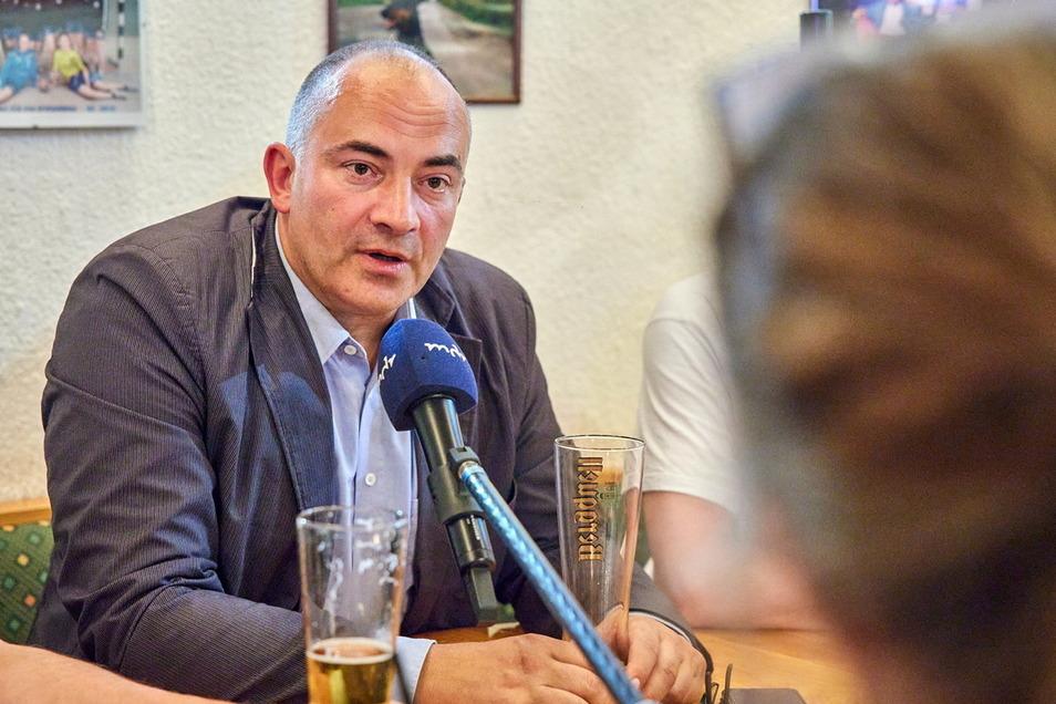 Der neu gewählte Bundestagsabgeordnete Steffen Janich hatte schon am Wahlabend ein Kamerateam des MDR im Schlepptau.