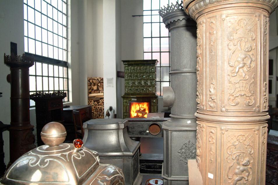 So präsentierte sich die Feuerstättensammlung in der Energiefabrik 2006. Unter anderem in diesen Raum soll sie zurückkehren. Der Kachelofen im Hintergrund funktioniert noch.