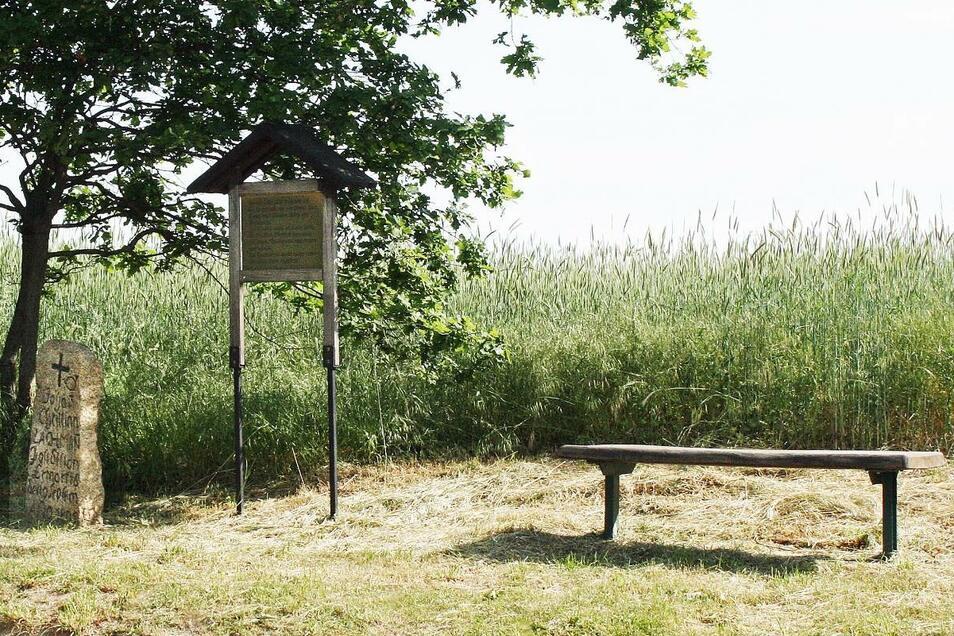Neben dem Gedenkstein hat der Heimatverein für die vorbeikommenden Wanderer eine Erläuterungstafel angebracht und auch eine Sitzbank aufgestellt.
