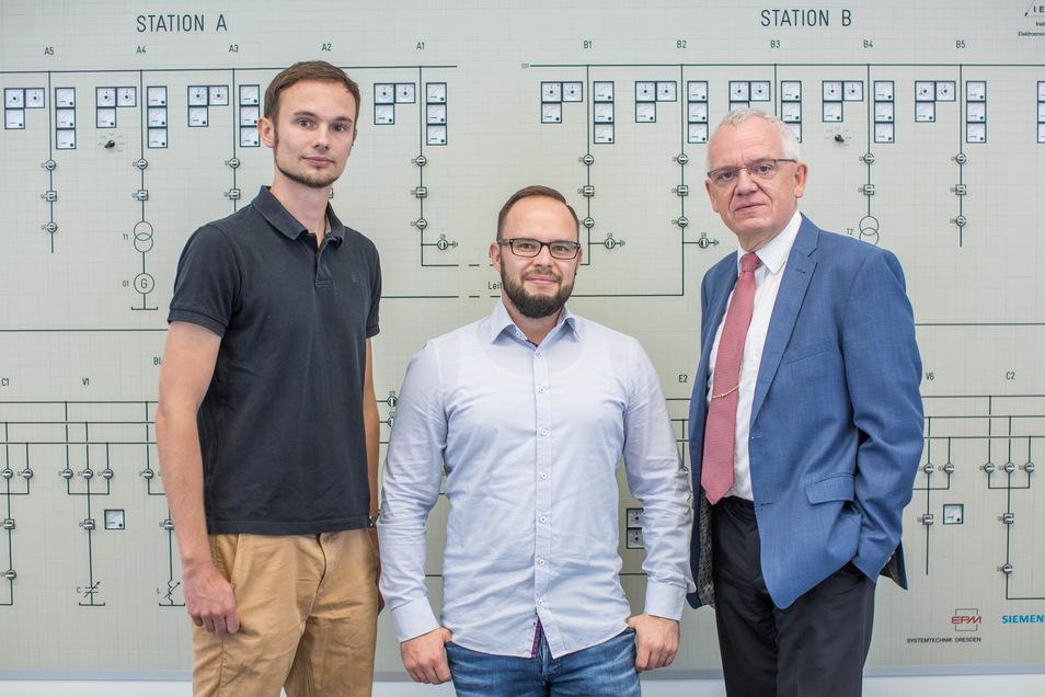 Die Experten für Hochspannungstechnik Thomas Götz (l.), Carlo Liebermann und Professor Dr. Peter Schegner (r.) forschen an einem von Deutschlands größten Hochspannungslaboratorien an der Weiterentwicklung von Betriebsmitteln in Umspannwerken.