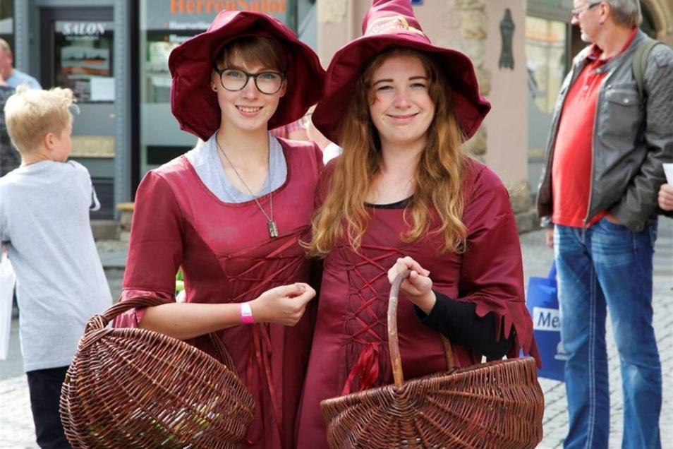 Schöne Hexen auf der Straße...