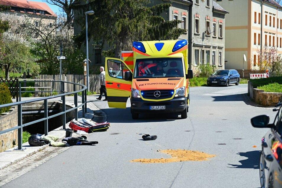 Ein Motorradfahrer wurde bei einem Sturz auf der Altlöbauer Straße verletzt.