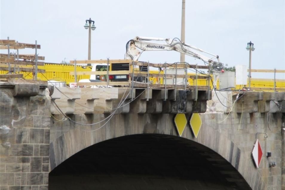 Bogen für Bogen restaurieren die Arbeiter die historische Brücke.
