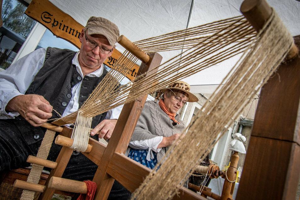 Adrian Holz-Stolle und Beate Holz aus der Oberlausitz waren erstmals zu Besuch auf dem Waldheimer Handwerkermarkt. Sie sind Bandweber.