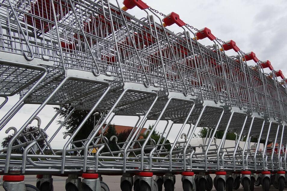 Das Symbolfoto zeigt Einkaufwagen, die sich vor einem Supermarkt aneinanderreihen.