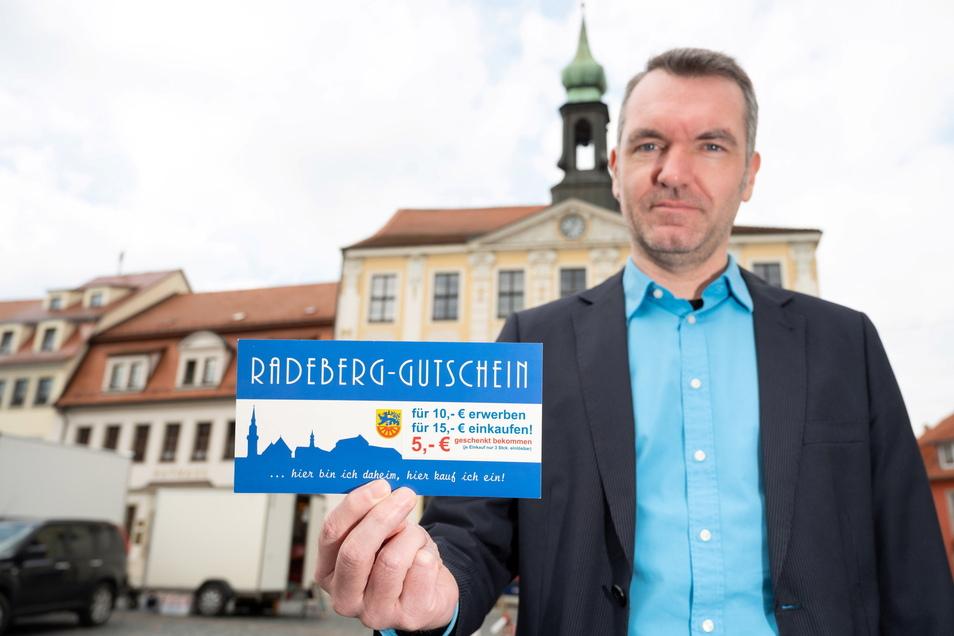 Marco Wagner, Referent für Wirtschaft bei der Stadt Radeberg, hat an der Sonderedition des Radeberg-Gutscheins mitgearbeitet. Damit sollen Händler und Gastwirte in der Stadt unterstützt werden.