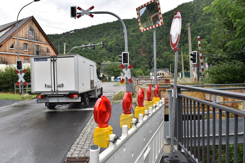 Noch kann man von der Märchenwiese kommend über den Bahnübergang Niederschlottwitz zur Müglitztalstraße fahren. Ab nächster Woche ist das nicht mehr möglich.