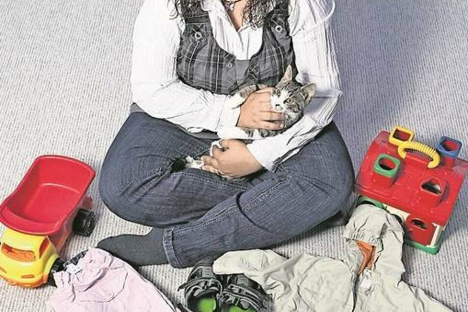 Yvonne Sporreiter verschenkt Kindersachen. Katze Tinka hat sie wiederum geschenkt bekommen.