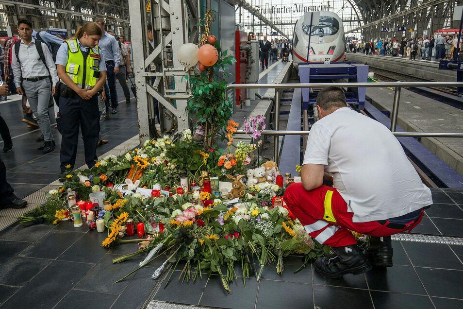 Ein Ersthelfer, der am Tag zuvor vor Ort war, legt am Bahnsteig 7 im Frankfurter Hauptbahnhof Blumen nieder. Ein achtjähriger Junge ist dort vor den einfahrenden ICE gestoßen und getötet worden.