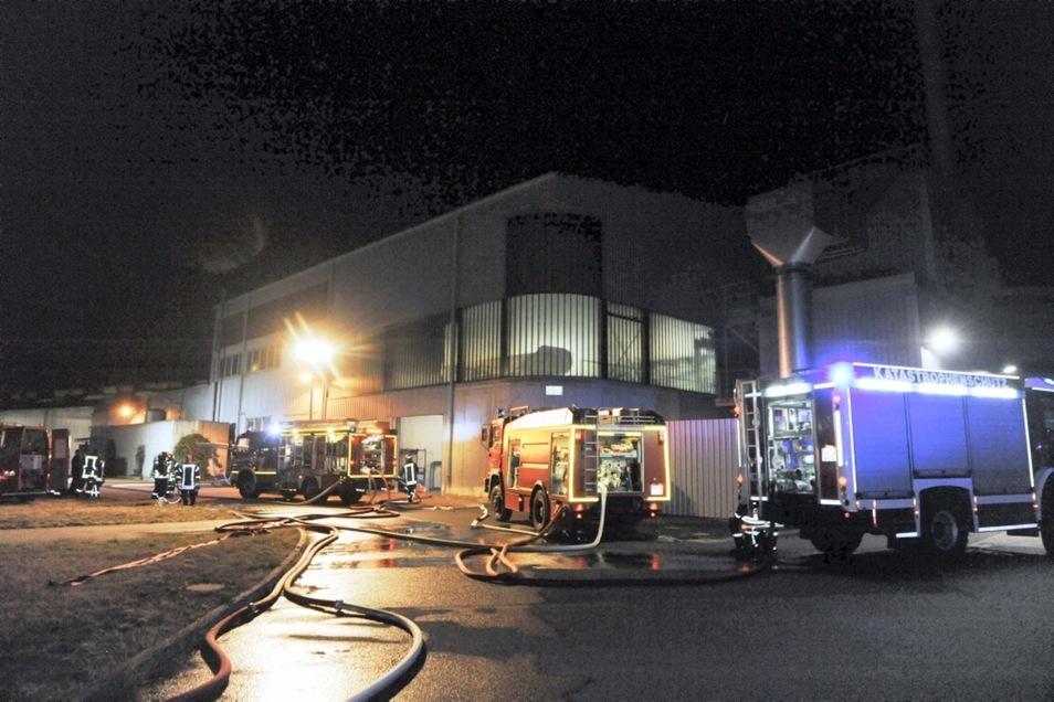 Donnerstagabend kam es bei Stölzle Lausitz in Weißwasser zu einer Havarie an einer Glasschmelzwanne, die einen Großeinsatz der Feuerwehr zur Folge hatte.